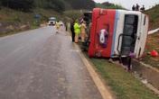 Xe khách chở 19 phụ nữ bất ngờ mất lái và lật trên Quốc lộ 6