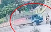 Khoảnh khắc chị gái chở em trai sang đường bị ô tô tải đâm văng xuống mương khiến người xem bủn rủn