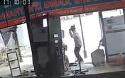 Lái máy cày đâm thẳng vào trạm xăng, người đàn ông ôm đầu kinh hãi khi nhìn vào hiện trường