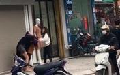 """Nhân chứng kể lại vụ 2 cô gái đánh nhau, 2 thanh niên cầm phóng lợn vào """"chém hôi"""" làm loạn khu phố: """"Tôi sợ quá phải bỏ đi chỗ khác"""""""