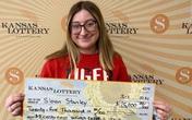 Cô gái trúng 25.000 USD ngay lần đầu mua vé số