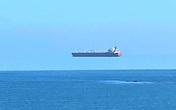 Sửng sốt vì nhìn thấy 'thuyền bay' lơ lửng trên biển ở Anh