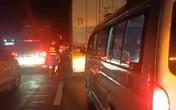 Xe chở dừa bị lật, nhân viên cứu hộ chạy bộ mở đường cho xe cấp cứu