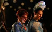 Hình ảnh phu nhân các đại sứ, nghệ sĩ nhân dân trình diễn áo dài tại Văn Miếu - Quốc Tử Giám