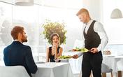 Nghĩ là giúp nhân viên đỡ việc nhưng việc tự dọn bàn ăn khiến bạn mắc vào điều tối kị khi đi ăn nhà hàng