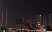 Ớn lạnh 1 người treo lơ lửng ở lan can cầu Đồng Nai lúc nửa đêm