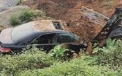 'Xế hộp' Camry mất lái rồi bốc cháy, hành động nhanh trí của anh lái máy xúc đã cứu sống 3 nạn nhân bên trong