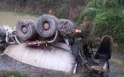 Xe bồn chở bê tông chìm dưới ao nước, tài xế tử vong
