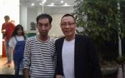 Lân la đi dự không sót một sự kiện, lễ khai trương nào ở Hà Nội, người đàn ông ẵm cả đống quà tặng, lại còn được chụp hình với người nổi tiếng!