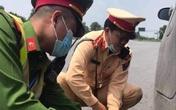 Người mẹ cùng con mắc bệnh máu trắng được CSGT giúp đỡ giữa cao tốc Nội Bài – Lào Cai