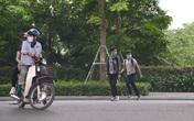 Hà Nội: Bất chấp nguy hiểm, nhiều người đi bộ không dùng cầu vượt, chọn cách băng qua 12 làn xe để sang đường Phạm Văn Đồng