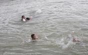 Nam Định: 18 học sinh cấp 2 ra tắm biển, 3 em bị sóng cuốn mất tích