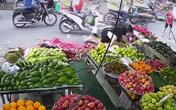 Mẹ quên tắt máy, bé trai hiếu động vặn tay ga và khoảnh khắc nhớ đời giữa chợ