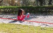 Giải bí ẩn bức ảnh bé gái 'mắc kẹt' trong bêtông