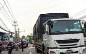 Chồng ôm thi thể vợ gào khóc sau tai nạn với xe tải trên quốc lộ 13