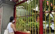 Chùa đóng cửa vì dịch, người dân vái lạy từ xa ngày Lễ Phật đản