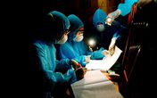 Xúc động hình ảnh các y bác sỹ trắng đêm theo dõi tình hình dịch bệnh COVID-19 tại Vĩnh Phúc