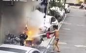 Chàng trai chạy vội ra dập đám cháy khi chưa kip mặc quần áo