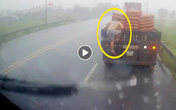 Tài xế xe đầu kéo nhận 'bão like' sau hành động bất ngờ giữa trời mưa tầm tã