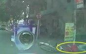 Shipper phóng nhanh tông thẳng vào ô tô ở ngã tư, ngã lộn nhào xuống đường khiến tất cả đứng tim