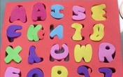Bé gái tập ghép chữ Tiếng Việt, thành phẩm nhận về khiến người lớn bật cười