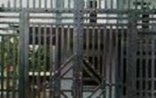 Hà Nội: Ghen tuông, người đàn ông đấu điện vào cổng sắt nhà bạn gái