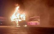 4 chiếc xe khách giường nằm bị cháy nghi ngút ngay trong bến