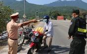 """Lực lượng chức năng ở Thừa Thiên Huế """"đội nắng"""" làm nhiệm vụ tại chốt kiểm soát phòng dịch"""
