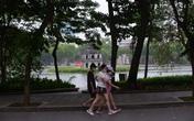 Người dân vẫn ùn ùn ra Hồ Gươm tập thể dục buổi sáng