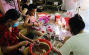 Ảnh: Người dân Thừa Thiên Huế quyên góp rau củ, làm thức ăn khô gửi vào TP.HCM
