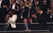 """Con trai nhỏ vẫn khiến Hoàng tử William và Công nương Kate bị """"lép vế"""" trong trận Chung kết Euro"""