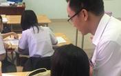 Nữ sinh đang kiểm tra bị thầy giáo lấy điện thoại ra chụp, nhìn màn hình mới phát hiện sự thật