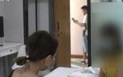 Không mặc đồ đi ngủ cho mát, 2 cô gái hoảng hồn vì đột nhiên có người đàn ông mở cửa vào phòng giữa đêm khuya
