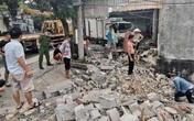 Ô tô tải mất lái đâm đổ tường nhà dân, tài xế bị thương nặng
