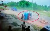 Nữ tài xế chở 2 mẹ con vượt ẩu khiến chiếc xe lật úp giữa đường, điều bất ngờ phút cuối khiến tất cả vỡ òa