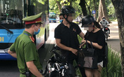 """Hà Nội: Công an """"đón lõng"""" xử phạt người đi đường không đeo khẩu trang"""