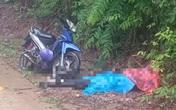 Thi thể người đàn ông nằm ngửa cạnh chiếc xe máy bên vệ đường lúc rạng sáng