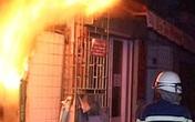 Cầm xăng sang nhà hàng xóm phóng hỏa, trong nhà có 2 em bé sinh đôi mới được 3 tháng