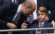Tiết lộ sự thật trang phục gây tranh cãi của hoàng tử bé, con trai Công nương Kate trong trận Anh thắng Đức