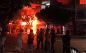 Cháy 4 căn nhà lúc rạng sáng, 5 người mắc kẹt được giải cứu