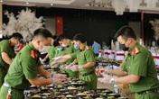 Công an Thừa Thiên Huế nấu hàng nghìn suất cơm gửi tặng công dân đang cách ly tập trung