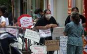 """Hà Nội: Người phố cổ mua đồ ở """"chợ nhà giàu"""" bằng cách độc lạ ngay hàng rào barie"""