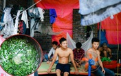 Thực hư chuyện lao động nghèo giữa Thủ đô hái rau dại để ăn, 8 người phải chia nhau 4 suất cơm mỗi ngày