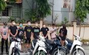 Lâu ngày không gặp, nhóm thanh thiếu niên Hà Nội phóng xe đánh võng, vượt chốt kiểm dịch
