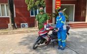 Công an tặng xe máy mới cho nữ công nhân môi trường bị cướp trong đêm