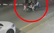 2 thanh niên phóng xe máy chặn đầu đánh người bất tỉnh giữa đường rồi bỏ chạy