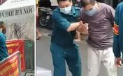 Người đàn ông gây náo loạn tại cổng chợ, đòi qua chốt