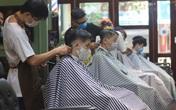 Cảnh chưa từng thấy ở tiệm cắt tóc Thủ đô, cả dãy dài khách ngồi trật tự chờ đến lượt được cắt