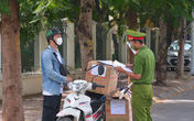 Hà Nội: Muôn vàn lí do thông chốt chỉ để vào chợ Thành Công