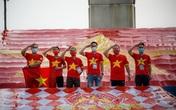 CĐV treo cờ lớn trên sân Mỹ Đình, tiếp sức đội tuyển Việt Nam